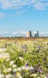 同时发热发电植物的冷却塔 Kyiv,乌克兰 免版税库存图片