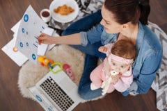 同时处理许多任务的富启示性的现代母亲 免版税库存图片