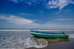 同样,厄瓜多尔- 2016年5月06日:在海滩的渔船在沙子在一美好的天与在蓝色的晴朗的天气 免版税图库摄影