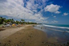 同样,厄瓜多尔- 2016年5月06日:海滩的美丽的景色与沙子的和builsings后边在一美好的天与 库存图片