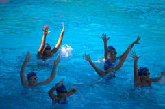 同步的游泳队女孩实践 库存照片
