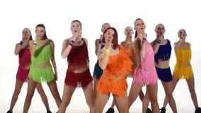 同步跳舞在五颜六色的礼服的女孩 股票录像