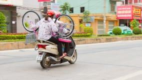同海市,越南, 2012年8月7日-与bicy的越南家庭 库存照片