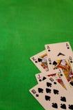 同花大顺啤牌拟订在绿色背景赌博娱乐场比赛时运运气的组合 免版税库存照片