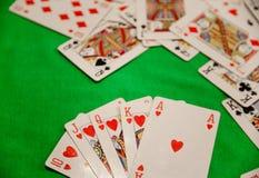 同花大顺啤牌拟订在绿色背景赌博娱乐场比赛时运运气的组合 库存图片