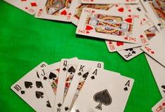 同花大顺啤牌拟订在绿色背景赌博娱乐场比赛时运运气的组合 免版税图库摄影