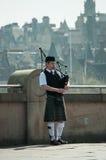 同苏格兰比赛的爱丁堡吹笛者 免版税库存照片