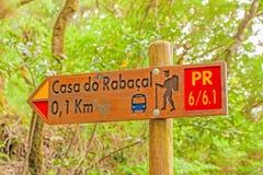 名为Casa的著名远足足迹做Rabacal -竖立路标显示方式 免版税库存照片
