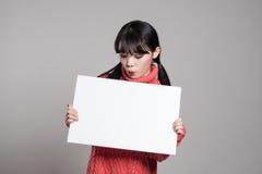 20名亚裔妇女演播室画象使拿着广告牌惊奇 免版税库存图片