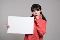 20名亚裔妇女演播室画象使拿着广告牌惊奇 免版税图库摄影