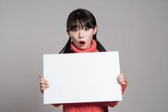 20名亚裔妇女演播室画象使拿着广告牌惊奇 免版税库存照片