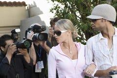 名人夫妇和无固定职业的摄影师 免版税库存图片