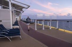 名人昼夜平分点,加勒比- 2018年4月9日:在日出前供以人员在第14条甲板轨道的赛跑 库存照片