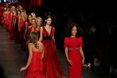 名人步行在美国心脏学会的跑道结局去妇女红色礼服收藏的红色2016年 免版税库存照片