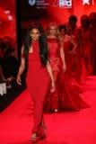 名人步行去红色的跑道妇女红色礼服收藏的2015年 免版税图库摄影