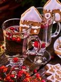 名列前茅两块玻璃拿铁杯子热的饮料用红色莓果 免版税库存照片
