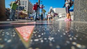 名望举世闻名的步行在好莱坞大道的 库存照片