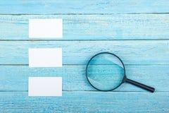 名片财务系列 公司文具集合大模型 在木桌上的空白的织地不很细品牌ID元素 放大器 顶视图 库存图片