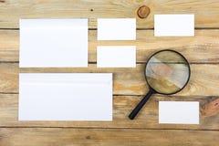 名片财务系列 公司文具集合大模型 在木桌上的空白的织地不很细品牌ID元素 放大器 顶视图 库存照片