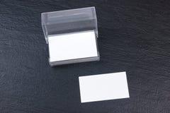 名片财务系列 公司文具集合大模型 在木桌上的空白的织地不很细品牌ID元素 顶视图 黑板 库存照片