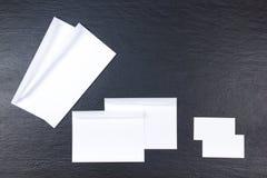 名片财务系列 公司文具集合大模型 在木桌上的空白的织地不很细品牌ID元素 顶视图 黑板 免版税库存照片