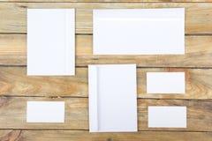 名片财务系列 公司文具集合大模型 在木桌上的空白的织地不很细品牌ID元素 顶视图 免版税库存照片