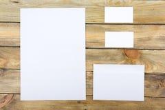 名片财务系列 公司文具集合大模型 在木桌上的空白的织地不很细品牌ID元素 顶视图 会计科目企业概念服务台办公室 免版税库存照片