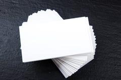 名片财务系列 公司文具集合大模型 在木桌上的空白的织地不很细品牌ID元素 顶视图 免版税库存图片