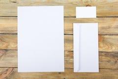 名片财务系列 公司文具集合大模型 在木桌上的空白的织地不很细品牌ID元素 顶视图 库存图片