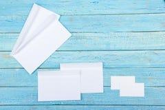 名片财务系列 公司文具集合大模型 在木桌上的空白的织地不很细品牌ID元素 顶视图 图库摄影