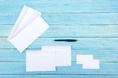 名片财务系列 公司文具集合大模型 在木桌上的空白的织地不很细品牌ID元素 顶视图 库存照片