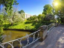 名骑手和Pavlovsk宫殿, 18的桥梁世纪,在Pavlovsk公园在圣彼德堡,俄罗斯 免版税库存图片