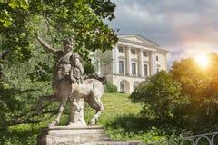 名骑手和Pavlovsk宫殿, 18的桥梁世纪,在Pavlovsk公园,圣彼德堡,俄罗斯 库存图片