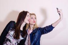2名年轻可爱的妇女愉快微笑的图片 免版税库存图片