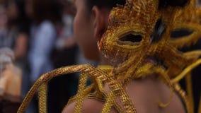 后侧方接近文化舞蹈家在各种各样的椰子服装舞蹈沿庆祝受护神的街道 股票录像