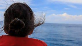 后侧方视图女孩调查距离海从小船的鼻子 股票视频
