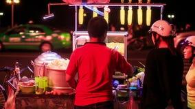 后侧方越南人出售街道快餐在晚上 影视素材