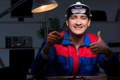 后修理个人计算机的计算机专家在晚上 库存照片