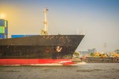 后勤的进出口和的事务的巨型的集装箱船 免版税库存图片