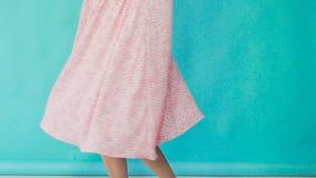 后台一张时髦的照片写真:礼服的嫩女孩 股票录像