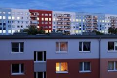 东柏林在黄昏的公寓块 库存照片