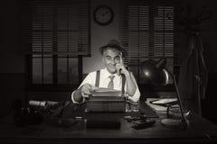 后工作在晚上的确信的新闻工作者 免版税库存图片