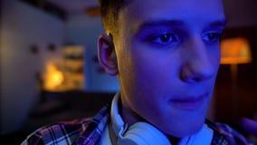 后打电子游戏的十几岁的男孩在晚上,对视域,cybersports休闲的害处 库存照片
