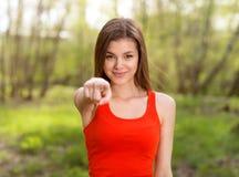 今后指向手指的美丽的女孩 库存图片