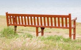 从后方的空的长木凳 免版税库存照片