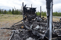 从后方的被烧光的拖车 库存图片