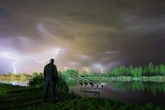 以后的风暴 站立在风暴的人 有云彩的人在他的头 免版税库存图片