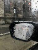 后视镜在雨中 免版税库存图片