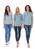 今后走3名愉快的偶然的妇女和微笑 免版税库存照片