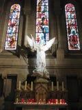 """后边一块白色石天使和讲故事玻璃在Sacré-CÅ里面""""ur,巴黎 免版税库存照片"""